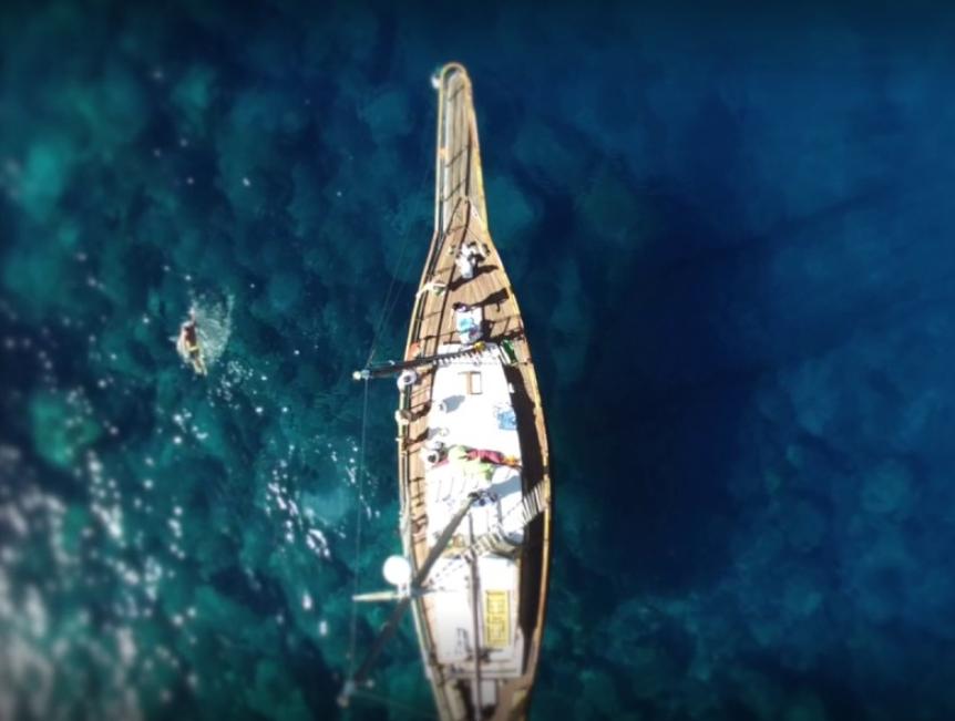 Nuestro velero, visto desde el aire